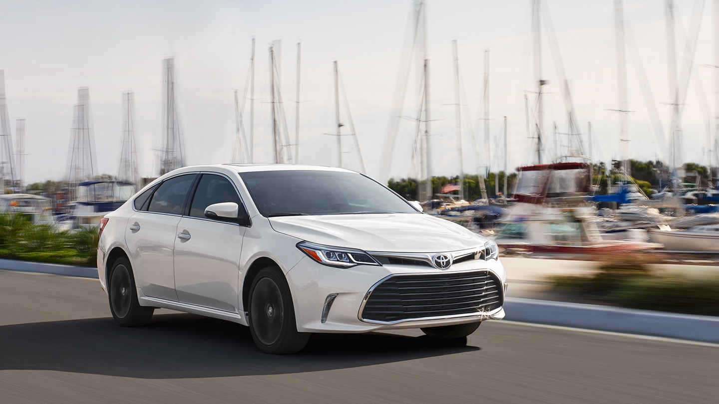 2018-Toyota-Avalon-white-color-close-view-hd-wallpaper-images